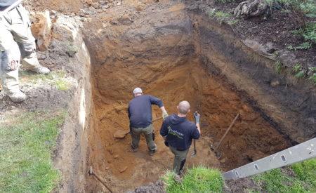 Arbeiter beim ausheben von einem Loch