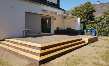 Terrasse mit Holztreffen und Kiesbeet