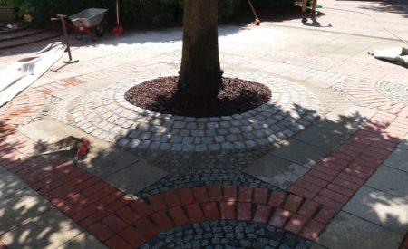 Einfassung Baumscheibe mit Granit Kleinpflaster 911 und Mosaik