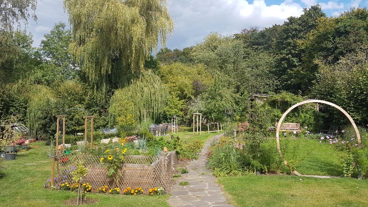 Eine große Gartenanlage