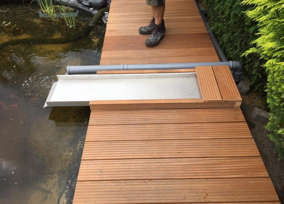 Holzsteg Banbkirai mit Wasserrinne