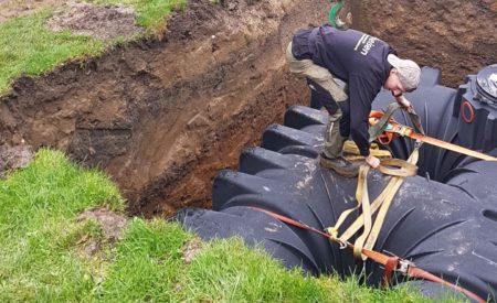 Arbeiter beim lösen der Bänder die zur Halterung gebraucht wurden