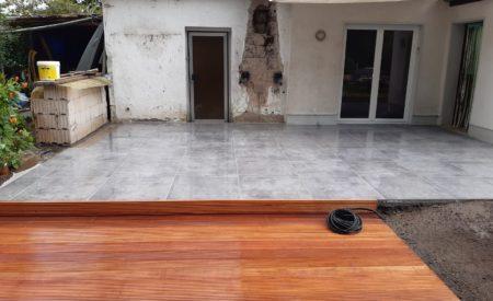 Geflieste Terrasse mit Holzdeck
