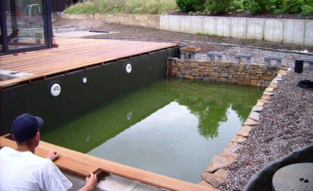 Schwimmteich mit Holz