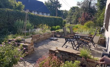 bepflanzte Bruchsteinmauer als Einfassung einer bestehenden Terrasse
